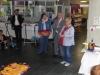 Beate Winkler, Leiterin der Flohkiste begrüsst die Kinderkünstler