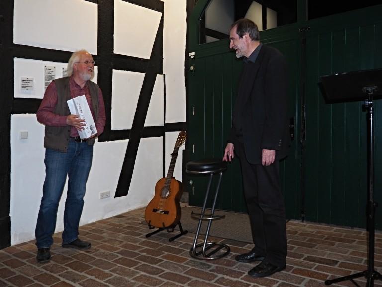 Manfred Warias bedankt sich bei Dr. Burkhard Engel für den gelungenen Abend