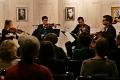 Blick vom Zuschauerraum auf die Bühne (im Hintergrund Bilder der Komponisten (von links): Wolfgang Amadeus Mozart, Anton Webern und Alexander Porfirjewitsch Borodin)