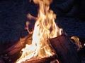 Das Feuer sorgt für Licht und Wärme