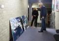 Irmela Osthus und Joseph Schräder beim Hängen der Bilder