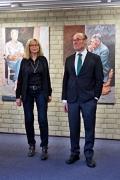 Irmela Osthus und Prof. Dr. Tassilo Knauf stellen sich den Fotografen