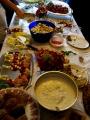 Das reich gedeckte Buffet (mitgebracht von den Gästen)
