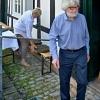 Elfriede Schildmann und Joseph Schräder beim Aufbauen