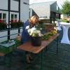 Kleine Blumensträuße für die Tische vorbereiten