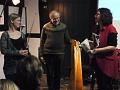 Anke Wienke bedankt sich bei den Musikern für den gelungenen Abend