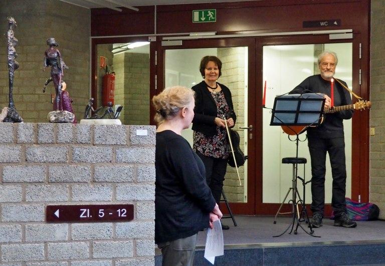 Barbara Lequis (Violine) und Rainer Bähr-Lequis (Gitarre) beginnen ihren Vortrag