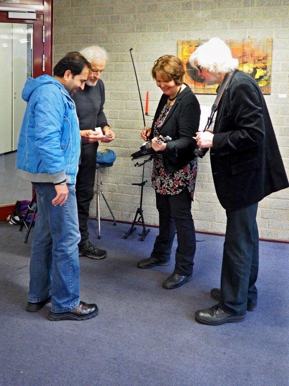 Ausstausch zwischen Musikern: Begutachtung der in Werther hergestellten Carbon-Geige