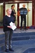 Barbara Lequis (Violine) und Rainer Bähr-Lequis (Gitarre) werden von Astrid Schütze angekündigt