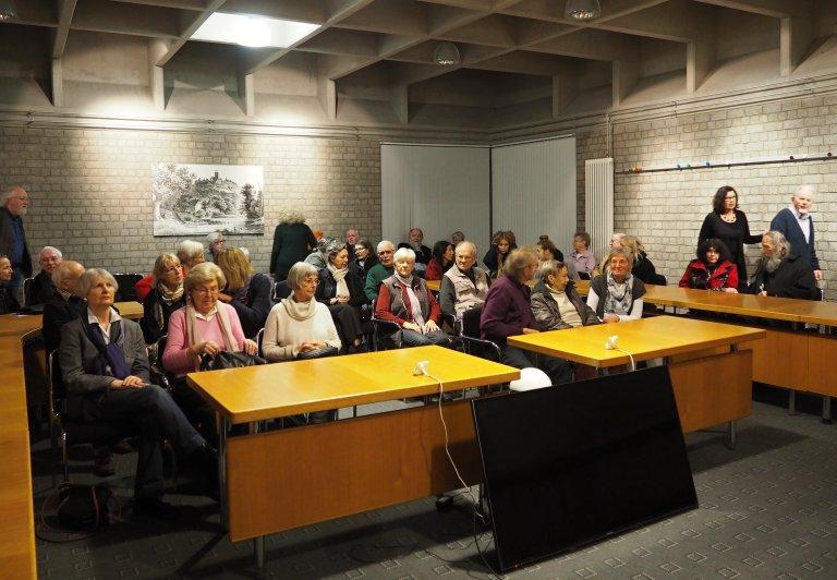 Sitzungssaal des Rathauses - Warten auf den Film über Otto Piene