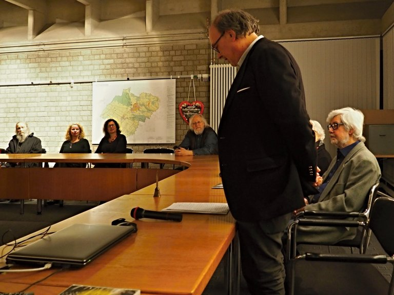 Hans-Gerd Tantius, Leihgeber der Ausstellung, spricht über Otto Piene, mit dem er zusammen in Lübecke aufgewachsen ist
