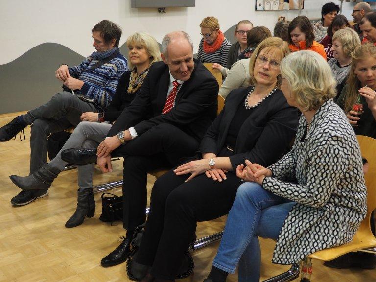 Vordere Reihe Mitte: Jürgen Höcker und rechts neben ihm Heidi Kirsch, beide von der Kreissparkasse Halle