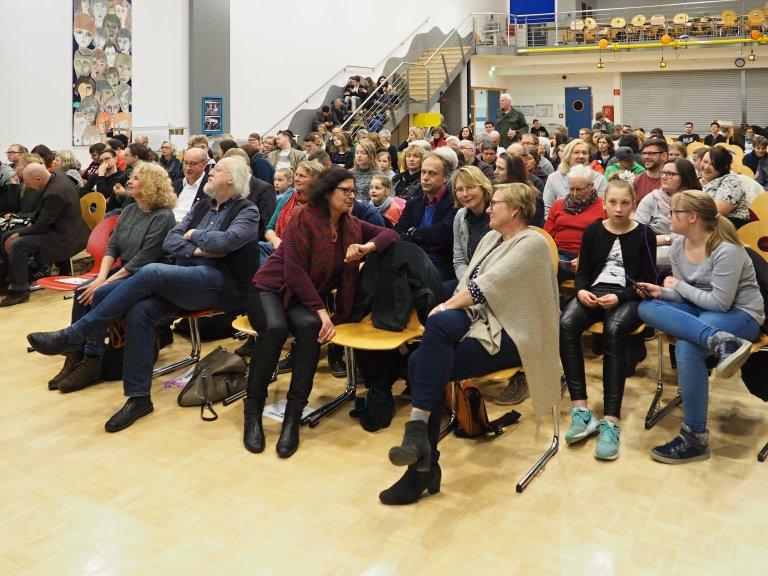 Blick in den Zuschauerraum. Vordere Reihe von links: Astrid Schütze, Manfred Warias und Anke Wienke vom Kulturverein Borgholzhausen