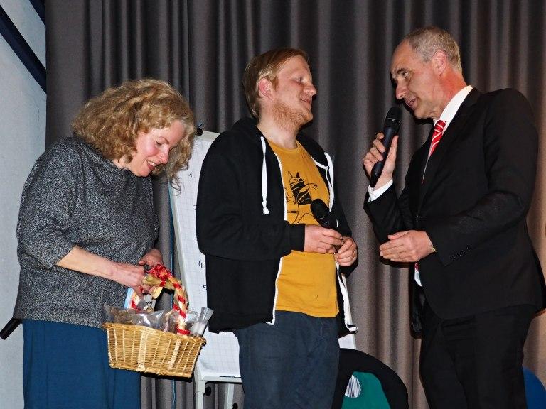 Astrid Schütze und Jürgen Höcker bedanken sich bei Marc Schuster