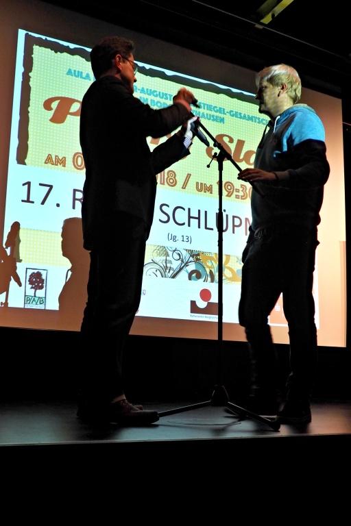 Peter Schumacher und Marc-Oliver Schuster richten das Mikrofon
