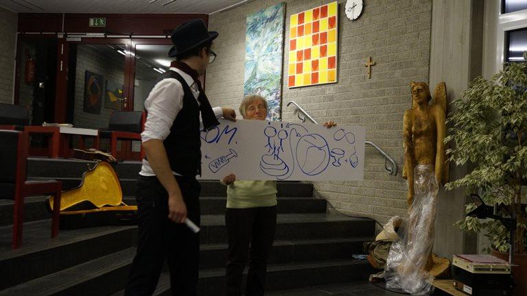 12 ... trifft einen Künstler, der ihm das Genie erklärt, ..