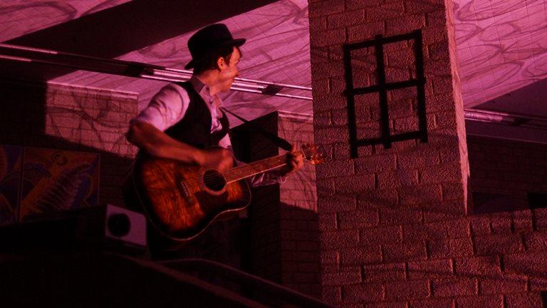 13 ... singt Lieder unter dem falschen Fenster ...