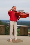 Auf der Turmplattform: Mit Cello um die eigene Achse drehend