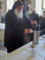 Der Bischof Anba Damian schenkt Tee aus