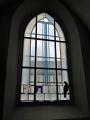 Eines der neu gestalteten Fenster in der Klosterkirche