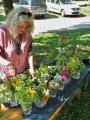 Astrid Schütze bestückt die Vasen mit schönen Blumen