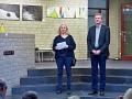 Astrid Schütze (Vorsitzende des Kulturvereins) und DirkSpeckmann (Bürgermeister) eröffnen die Ausstellung