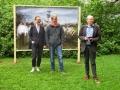 Jane Duda ( Leiterin OWL Kulturbüro), Arne Knaust (Schulze Ladencafé) und Veit Mette (der Künstler),
