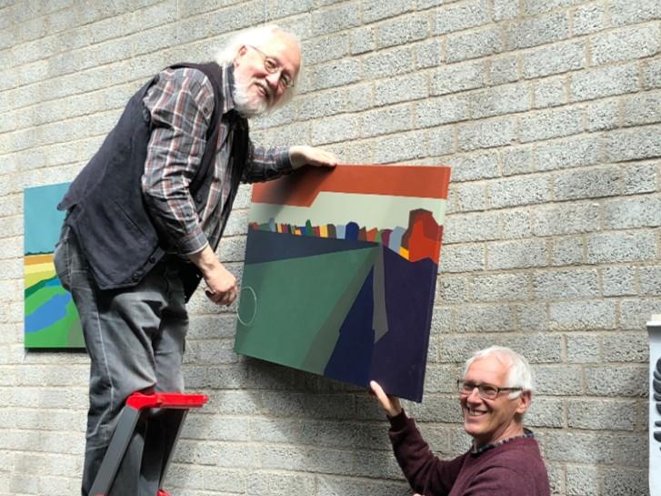 Bilderaufhängen. Manfred Warias und Ulf Richter (Foto Astrid Schütze)
